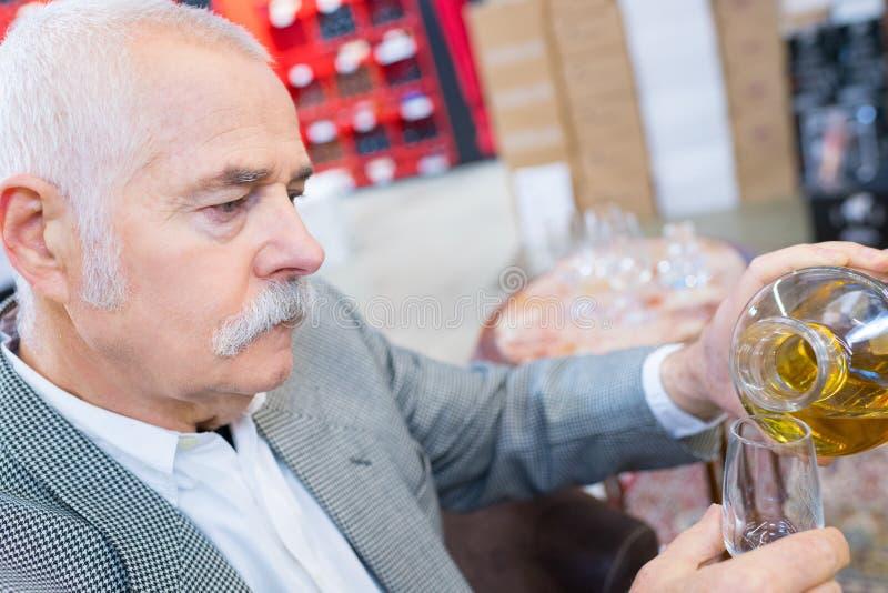 Ώριμο χύνοντας κρασί ατόμων στοκ εικόνα με δικαίωμα ελεύθερης χρήσης