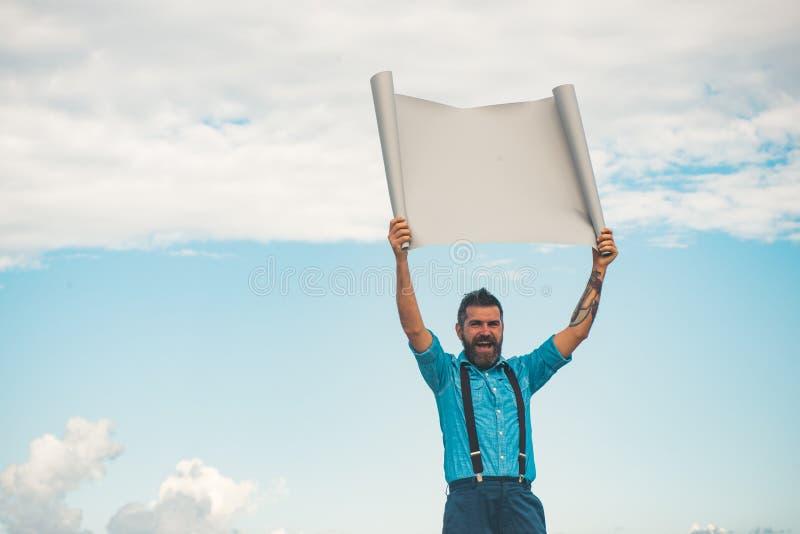 Ώριμο hipster με τη γενειάδα Ευτυχές άτομο με το έγγραφο, διάστημα αντιγράφων Γενειοφόρο βάναυσο άτομο άτομο Αρσενικό με τη γενει στοκ φωτογραφία με δικαίωμα ελεύθερης χρήσης