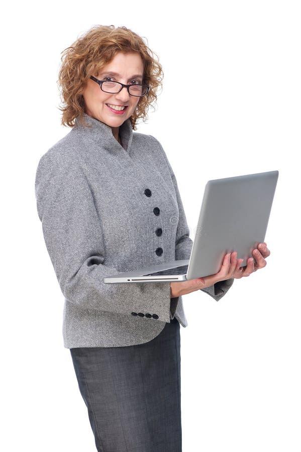 Ώριμο lap-top εκμετάλλευσης επιχειρησιακών γυναικών στοκ φωτογραφία με δικαίωμα ελεύθερης χρήσης