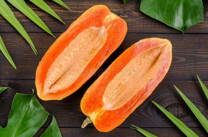 Ώριμο papaya σε ένα σκοτεινό υπόβαθρο στοκ εικόνα