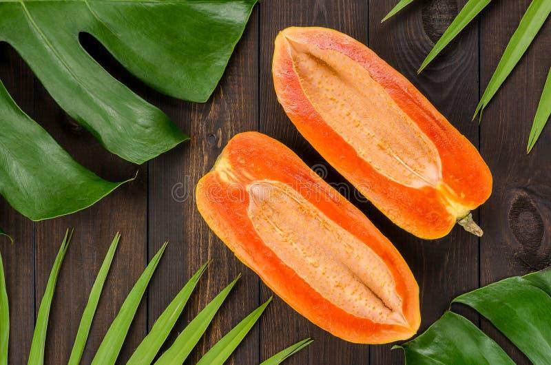 Ώριμο papaya σε ένα σκοτεινό υπόβαθρο στοκ φωτογραφίες
