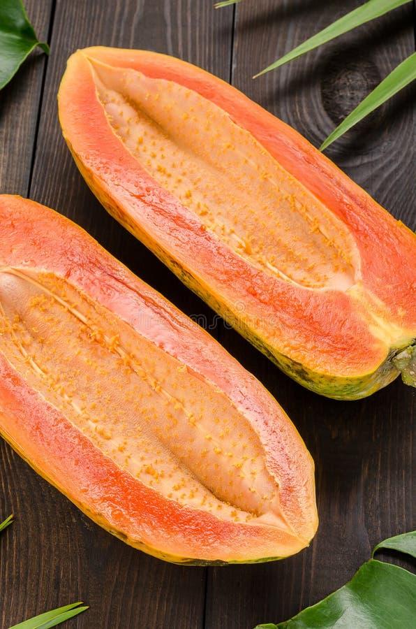 Ώριμο papaya σε ένα σκοτεινό υπόβαθρο στοκ φωτογραφίες με δικαίωμα ελεύθερης χρήσης