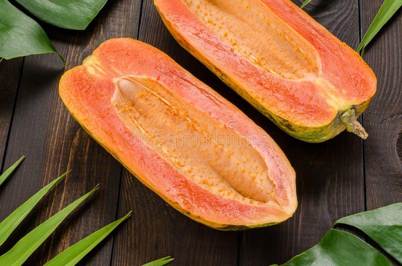 Ώριμο papaya σε ένα σκοτεινό υπόβαθρο στοκ εικόνες με δικαίωμα ελεύθερης χρήσης
