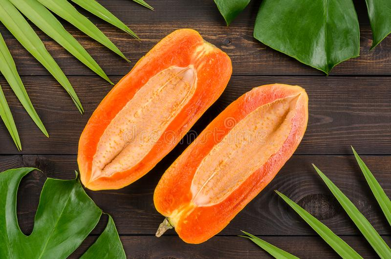 Ώριμο papaya σε ένα σκοτεινό υπόβαθρο στοκ φωτογραφία με δικαίωμα ελεύθερης χρήσης