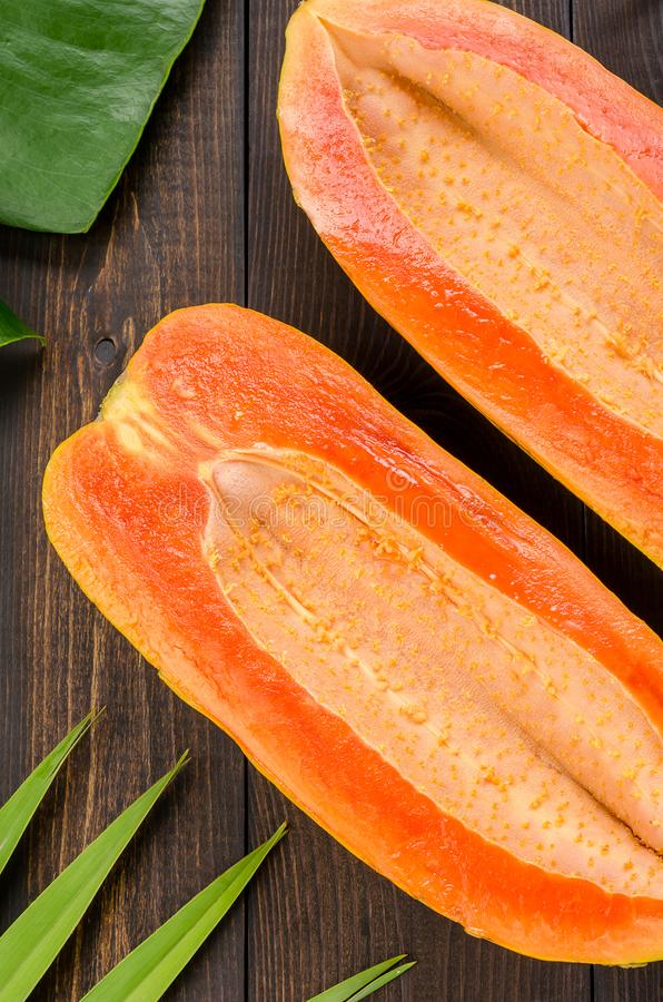 Ώριμο papaya σε ένα σκοτεινό υπόβαθρο στοκ εικόνες