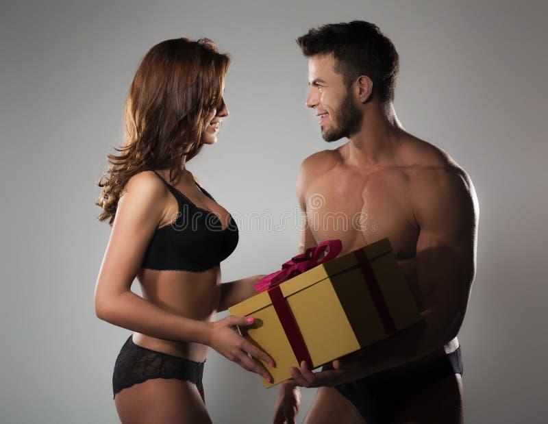 δώρο που δίνει τον άνδρα στ στοκ εικόνα