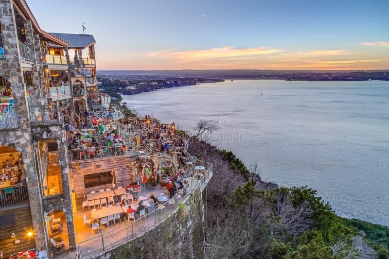 Ώστιν, TX/USA - το Φεβρουάριο του 2016 circa: Ηλιοβασίλεμα επάνω από τη λίμνη Travis από το εστιατόριο οάσεων στο Ώστιν, Τέξας στοκ φωτογραφίες με δικαίωμα ελεύθερης χρήσης