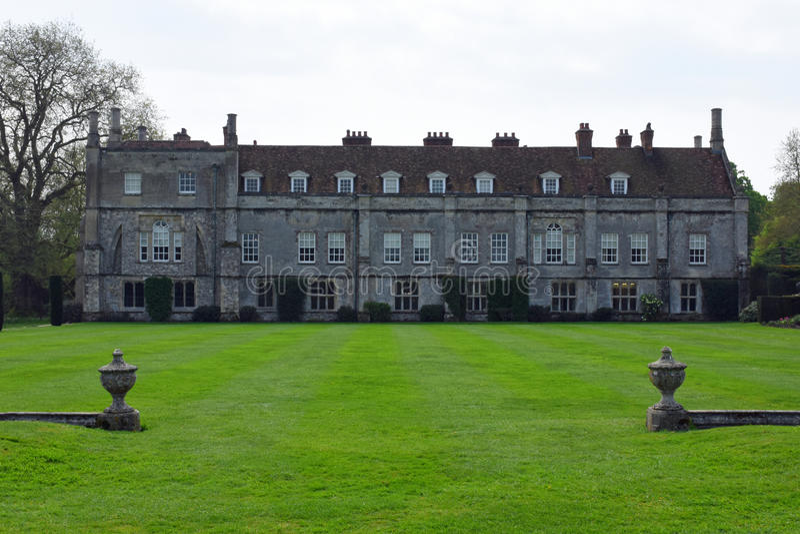 Аббатство Mottisfont и лужайка и стена, Хемпшир, Англия стоковые изображения