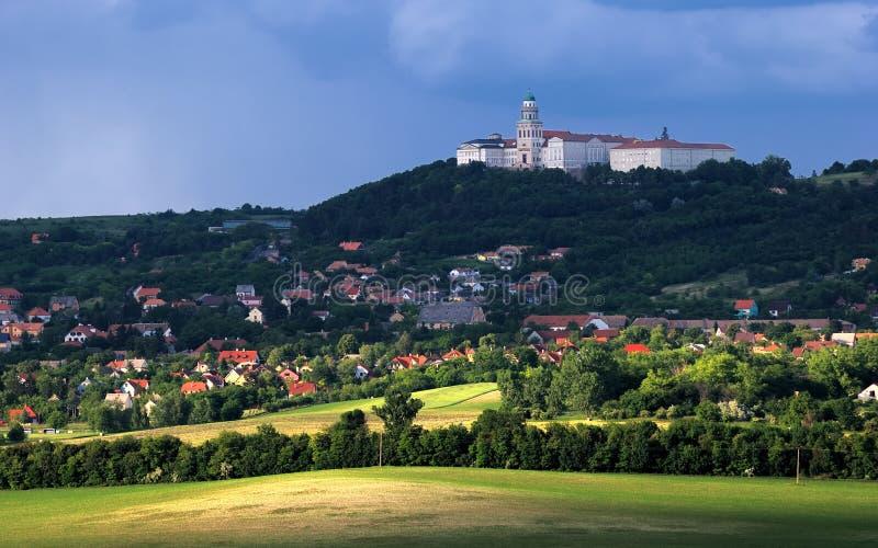 Аббатство Pannonhalma с городом, Венгрией стоковая фотография rf