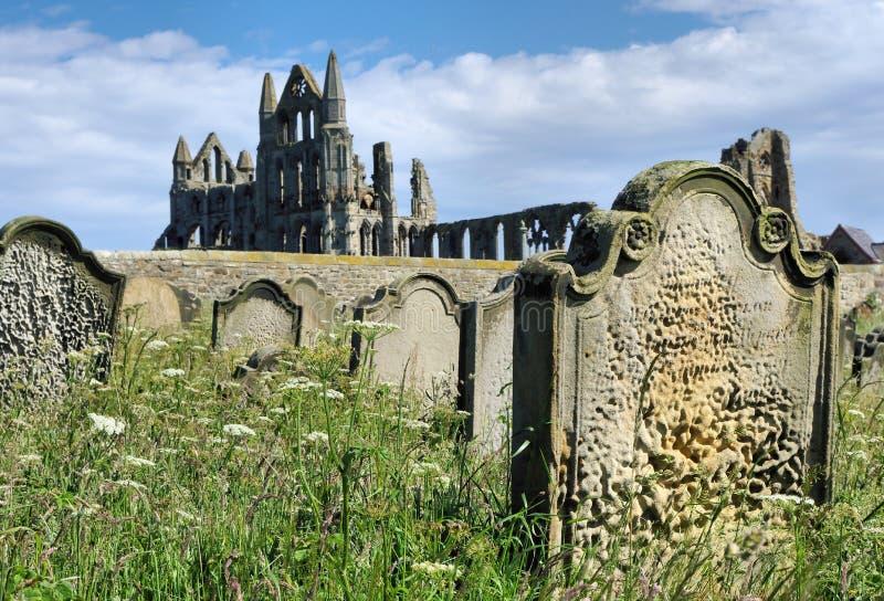 Аббатство Whitby от могил стоковые фото