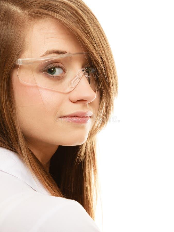 лаборатория Женщина химика в изолированных стеклах изумлённых взглядов стоковые изображения rf