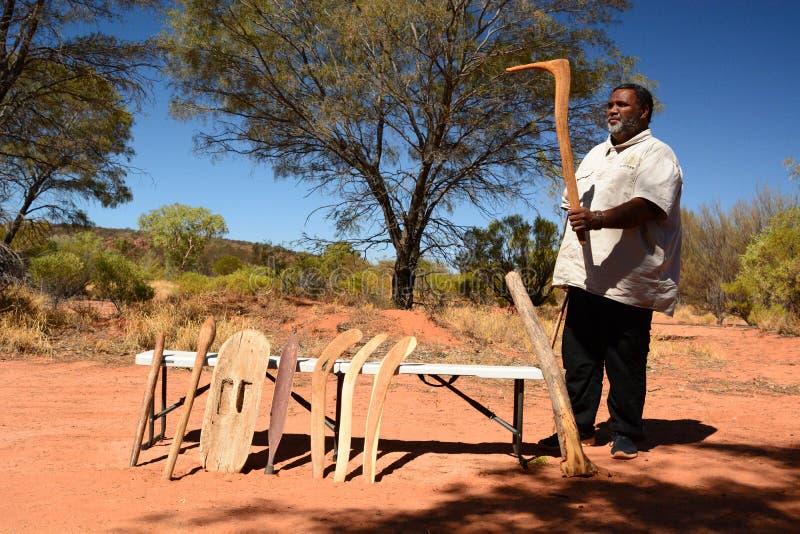 Аборигенная охотясь демонстрация метода Северные территории australites стоковая фотография rf