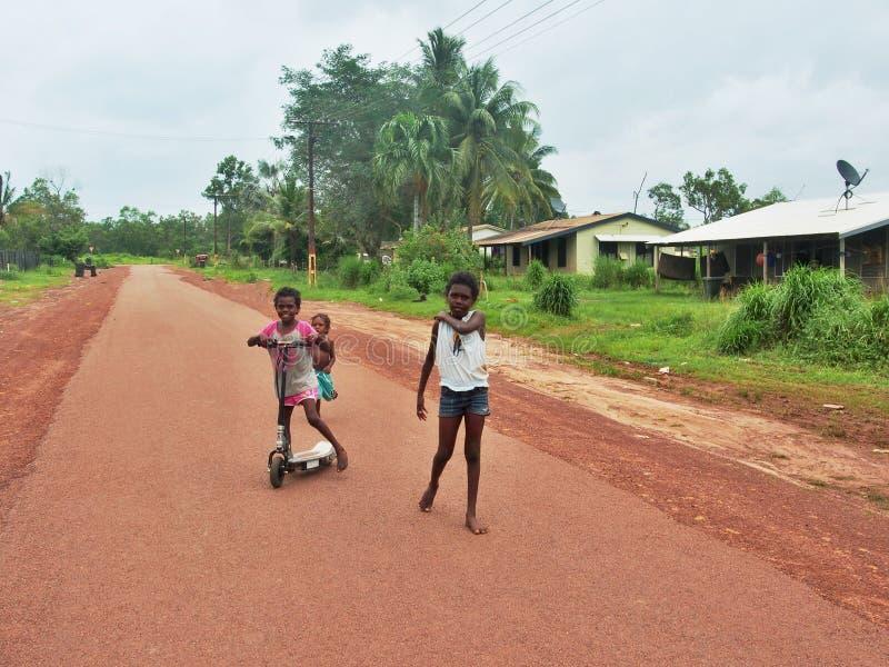 Аборигенные дети идя на улицу, остров Tiwi стоковые фотографии rf
