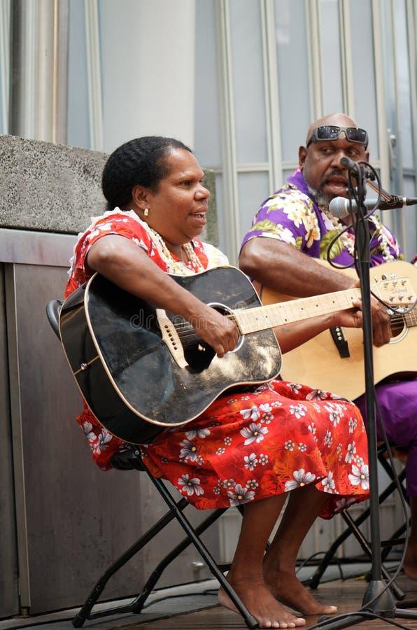 аборигенный женский гитарист стоковые фото