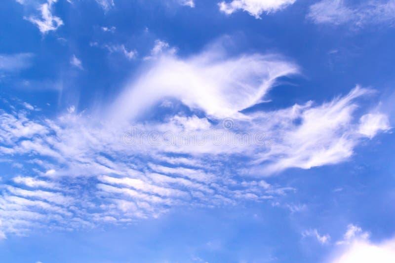 Абстрактная белая предпосылка пасмурного и голубого неба стоковые изображения rf