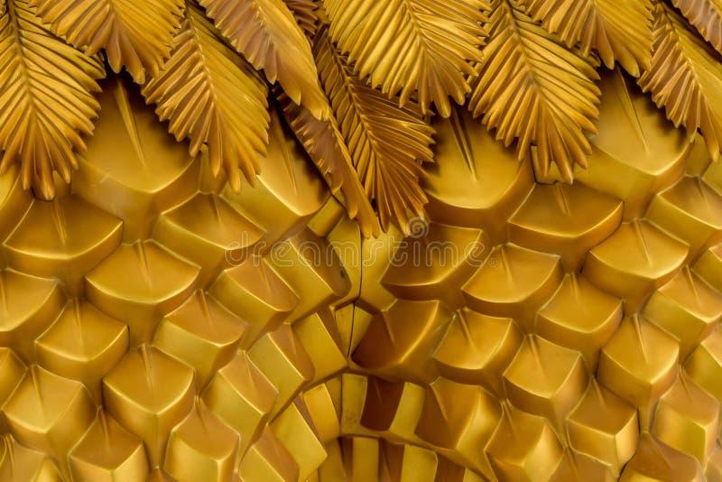 Абстрактная геометрическая волнистая предпосылка от золотого металла с этническими картинами стоковые изображения rf