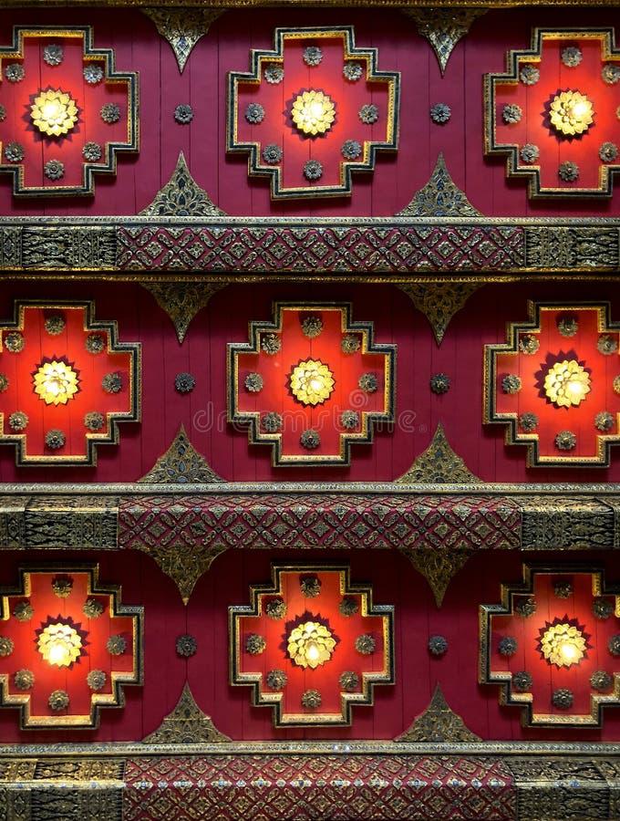 Абстрактная геометрическая предпосылка картины восточного тайского красного потолка архитектурноакустической стоковое фото rf