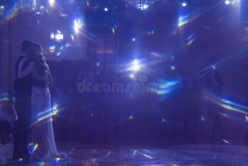 Абстрактная голубая предпосылка Красивая волшебная слепимость рефрагировала свет, когда молодая пара будет стоять перед расплывча стоковая фотография rf