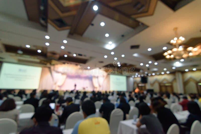 Абстрактная запачканная предпосылка фото бизнесменов в конференц-зале или конференц-зале Defocused люди в концепции конференц-зал стоковое изображение rf