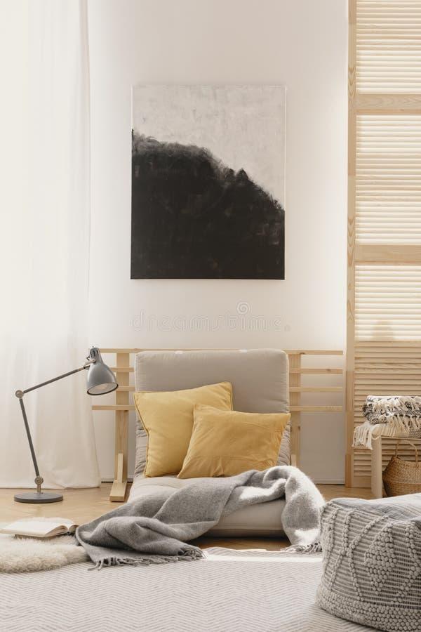 Абстрактная картина на белой стене японского воодушевленного дизайна спальни стоковые изображения rf