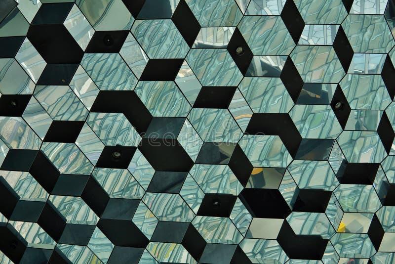 Абстрактная картина сделанная из стеклянной стены с деталью в формах темных и ярких шестигранных ячеек стоковые изображения rf