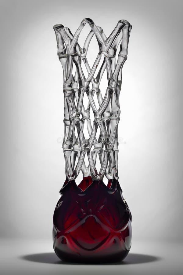 Абстрактная красная ваза на серой предпосылке стоковые изображения rf