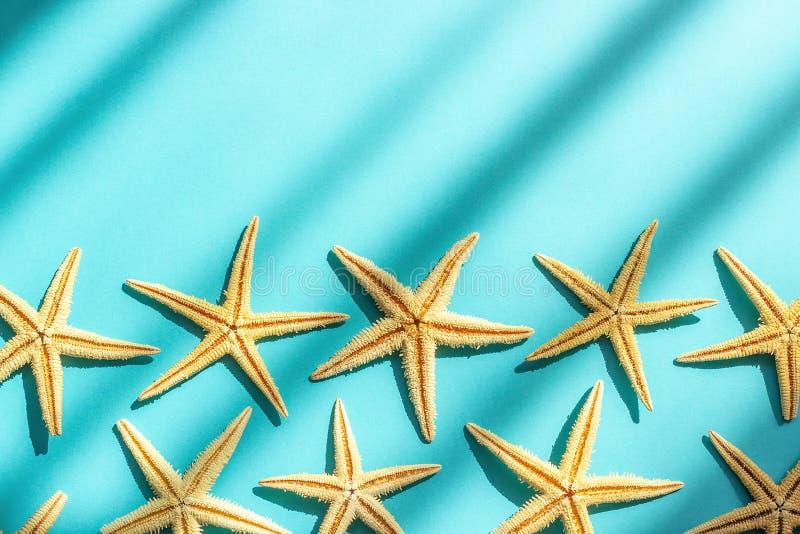 Абстрактная морская предпосылка моря Предпосылка бумаги бирюзы с морскими звёздами, трудным светом и тенью Квартира концепции тво стоковое фото