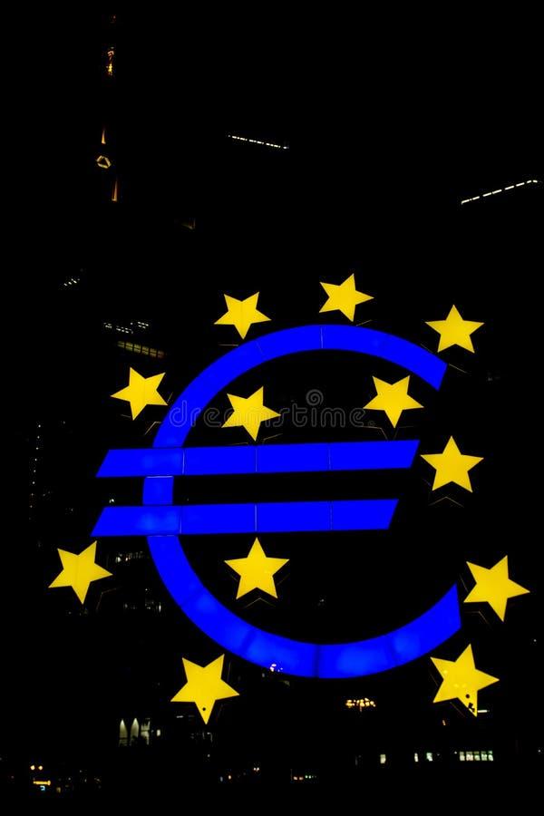 Абстрактная ноча Европейского Центрального Банка Франкфурта символа евро стоковое изображение rf