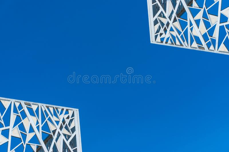 Абстрактная предпосылка архитектуры белых рамок против предпосылки голубого неба стоковое изображение