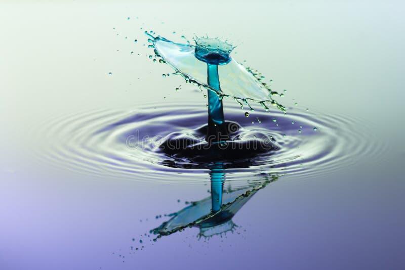 Абстрактная предпосылка выплеска воды, столкновение покрашенных падений стоковое фото