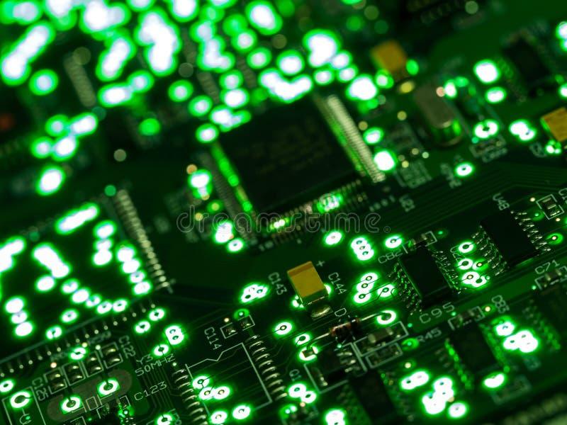 Абстрактная предпосылка, конец вверх по зеленой монтажной плате Аппаратные технологии электрического счетнорешающего устройства П стоковые изображения