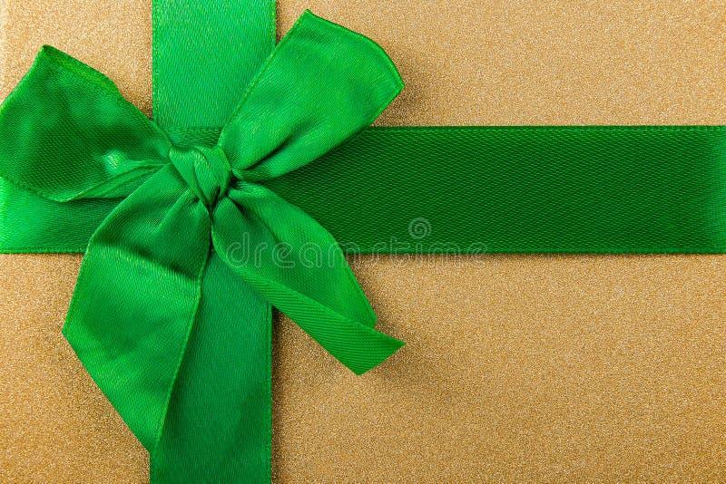 абстрактная предпосылка с зеленой лентой, зеленым смычком, предпосылкой рождества, подарками рождества стоковые фото