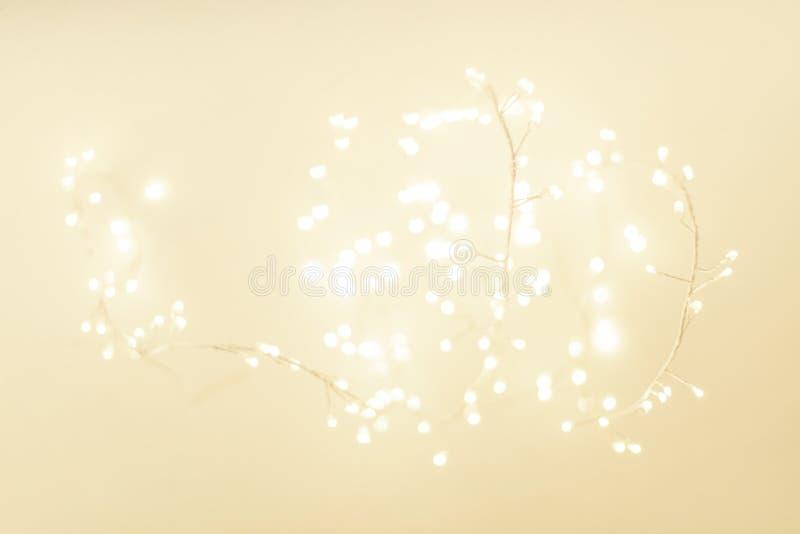 Абстрактная предпосылка с праздничными накаляя светами bokeh, copyspace зимы рождества золота стоковое изображение