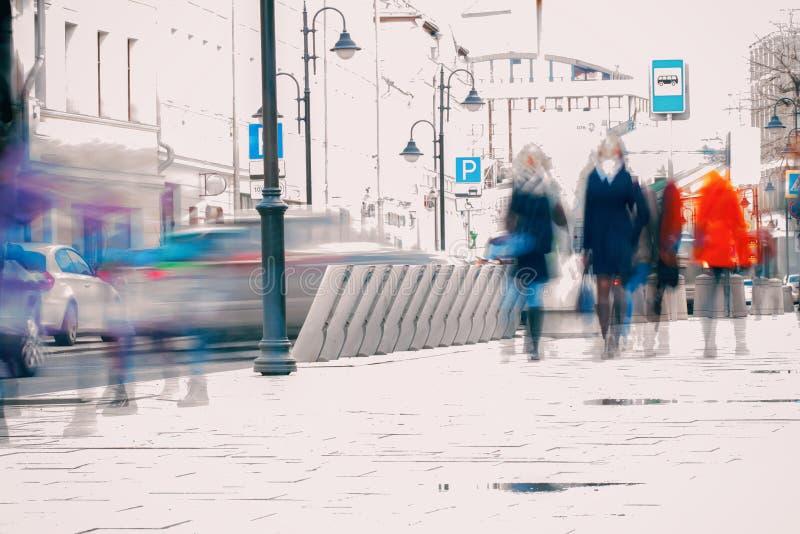 абстрактная предпосылка Преднамеренная нерезкость движения Город в предыдущей весне Улица, девушка идя на тротуар, концепция  стоковое изображение