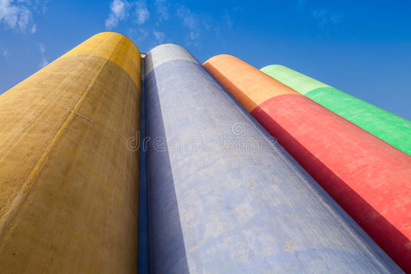 Абстрактная промышленная архитектура, красочные конкретные танки стоковые изображения rf