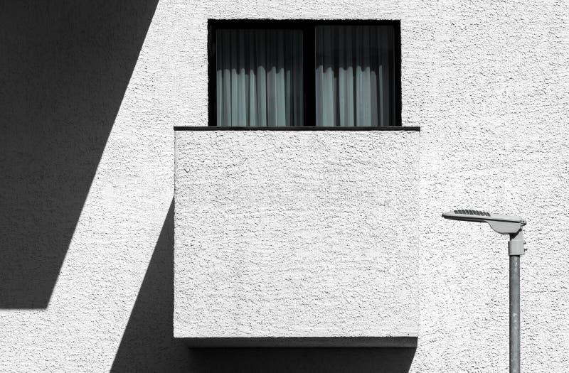 Абстрактная современная минималистская архитектура с балконом стоковые изображения