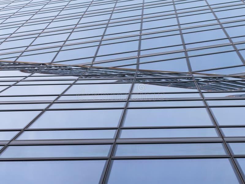 Абстрактная современная предпосылка архитектуры Линии перспективы геометрические металлических стеклянных окон и рамок стоковая фотография rf
