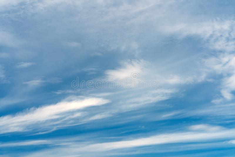 Абстрактная текстура голубого неба с пером и мягкими облаками стоковые фото