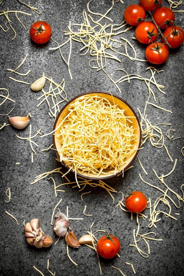 абстрактная текстура макаронных изделия еды предпосылки Лапши с томатами и чесноком стоковое изображение