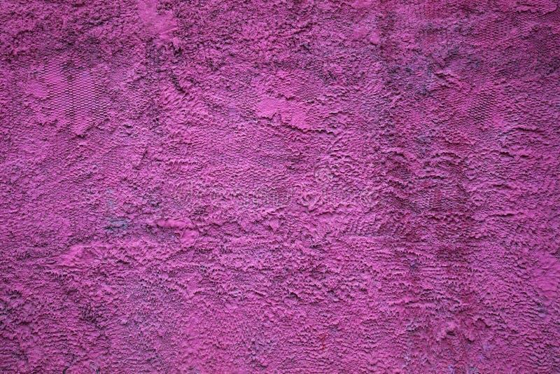 Абстрактная текстура предпосылки цвета грубой бетонной стены яркого фиолетового стоковая фотография rf