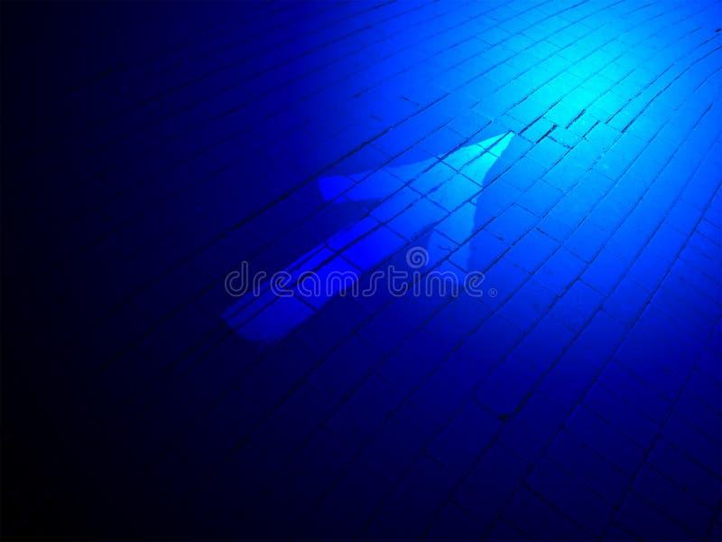 абстрактное голубое освещение направления кирпича над знаком стоковая фотография rf