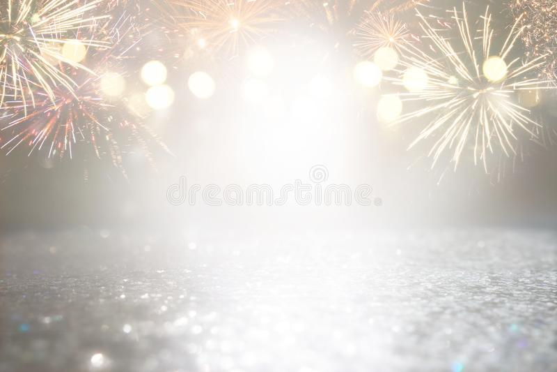Абстрактное золото и серебряная предпосылка яркого блеска с фейерверками Рожденственская ночь, 4-ая из концепции праздника в июле стоковая фотография rf