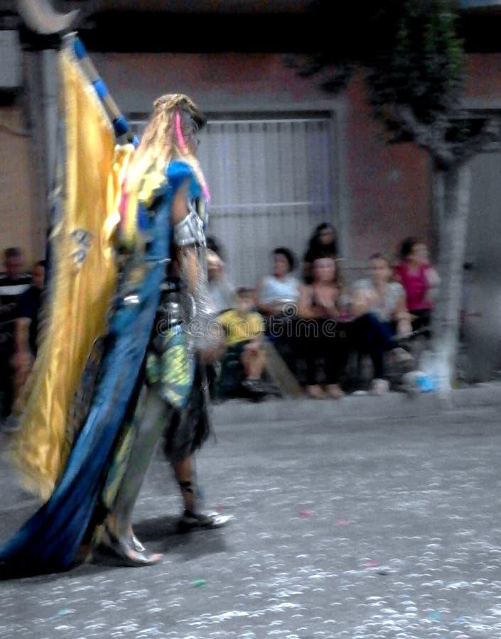 Абстрактное изображение изолированного высокорослого человеческого силуэта одевая красочные и величественные одежды стоковые изображения