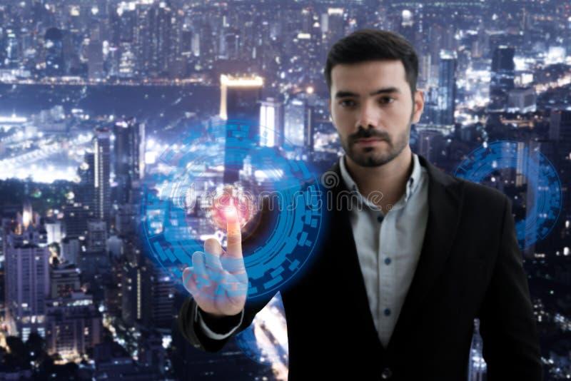 Абстрактное изображение человека дела работая с современным виртуальным пунктом технологии к hologram стоковые фотографии rf