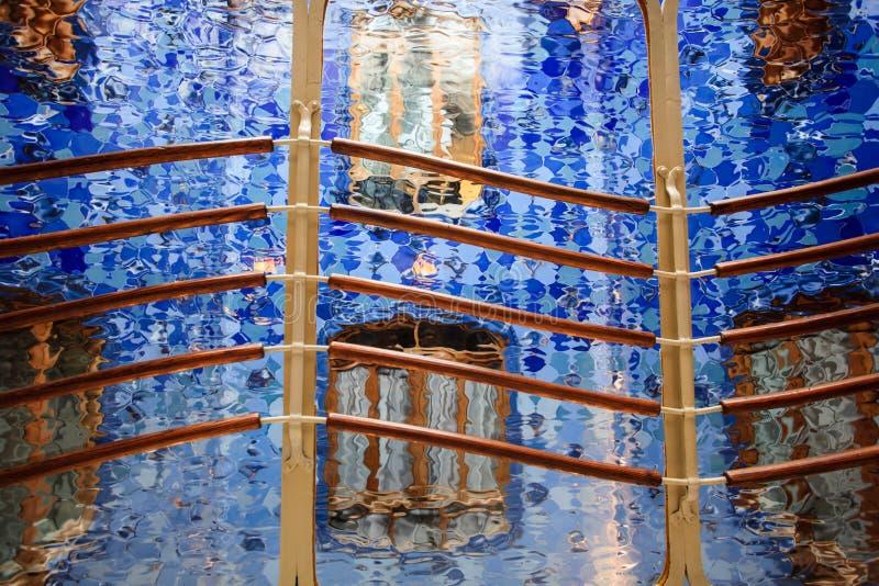 Абстрактное синее стекло и railing конструкции shimmering стоковые фотографии rf