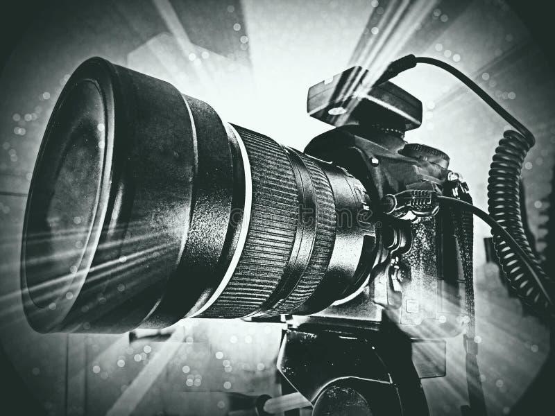 Абстрактное цифровой фотокамера и объектив DSLR с взрывом предпосылки фантазии стоковое фото rf