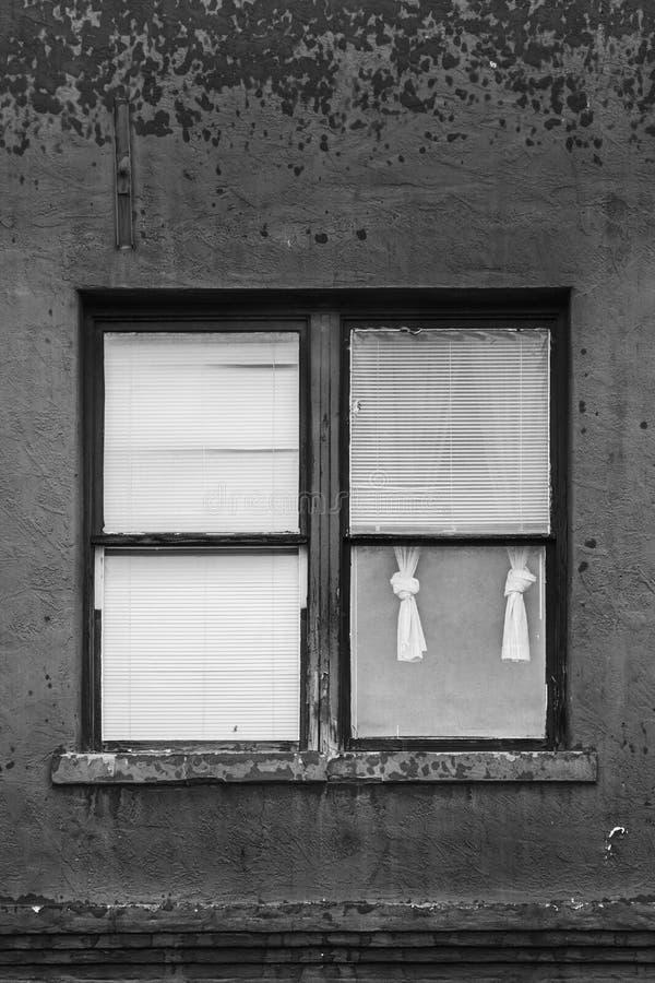Абстрактное черно-белое изображение окна 4 форточек с занавесами вытянуло назад в одной стоковые фото