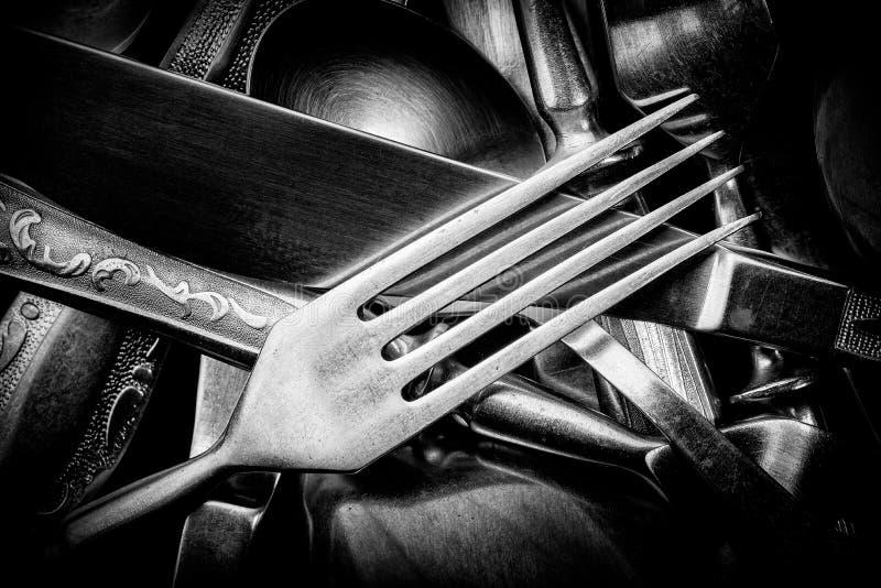 Абстрактное черно-белое фото смешанных серебряных вилок, ложек и стоковое фото rf