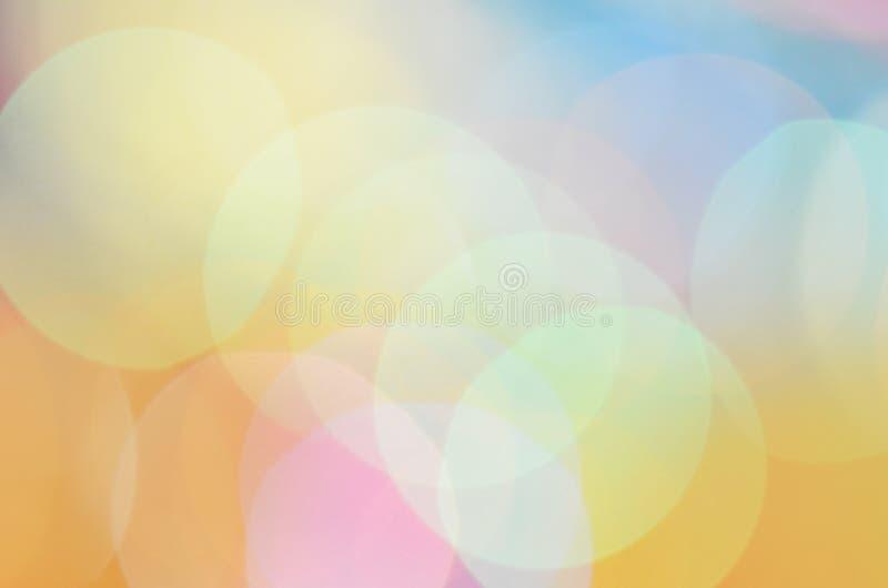 Абстрактное bokeh запачкало желтое солнце и голубое небо стоковое изображение rf
