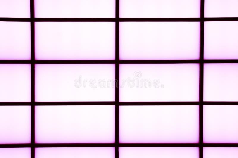 Абстрактные геометрические черные нашивки с фиолетовым заревом на ярком wh стоковое фото